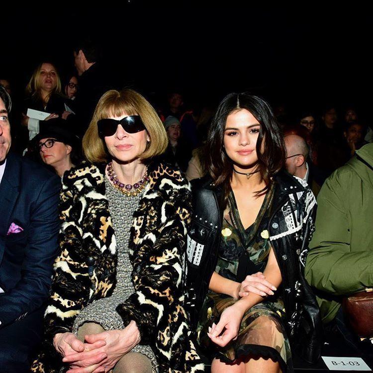 席琳娜(右)為了愛美,夾克只披不穿,與VOGUE總編輯安娜溫圖爾一起看秀。圖/擷...