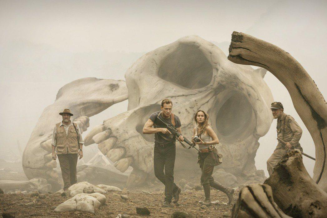「金剛:骷髏島」描述一趟簡單的科學任務,卻遇上了大自然最狂暴的反擊力量。圖/華納