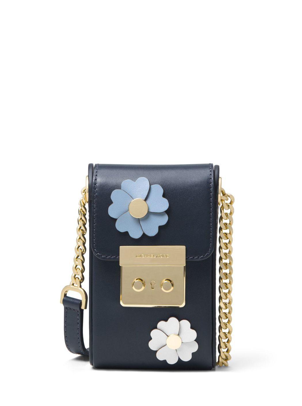 海軍藍立體花飾相機包,售價13,500元。圖/MICHAEL KORS提供