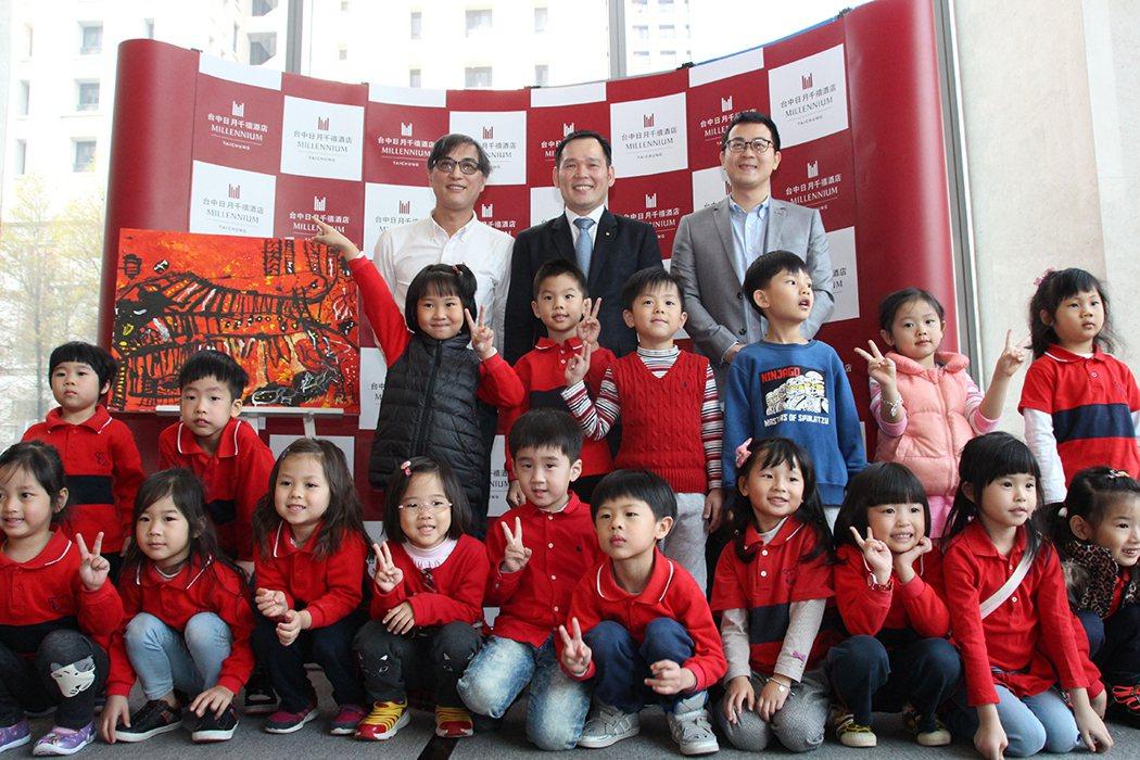 王仁傑和葳格幼兒園忠明校區20位小畫家相見歡,並以「紅色」為主題共同創作,孩子們...