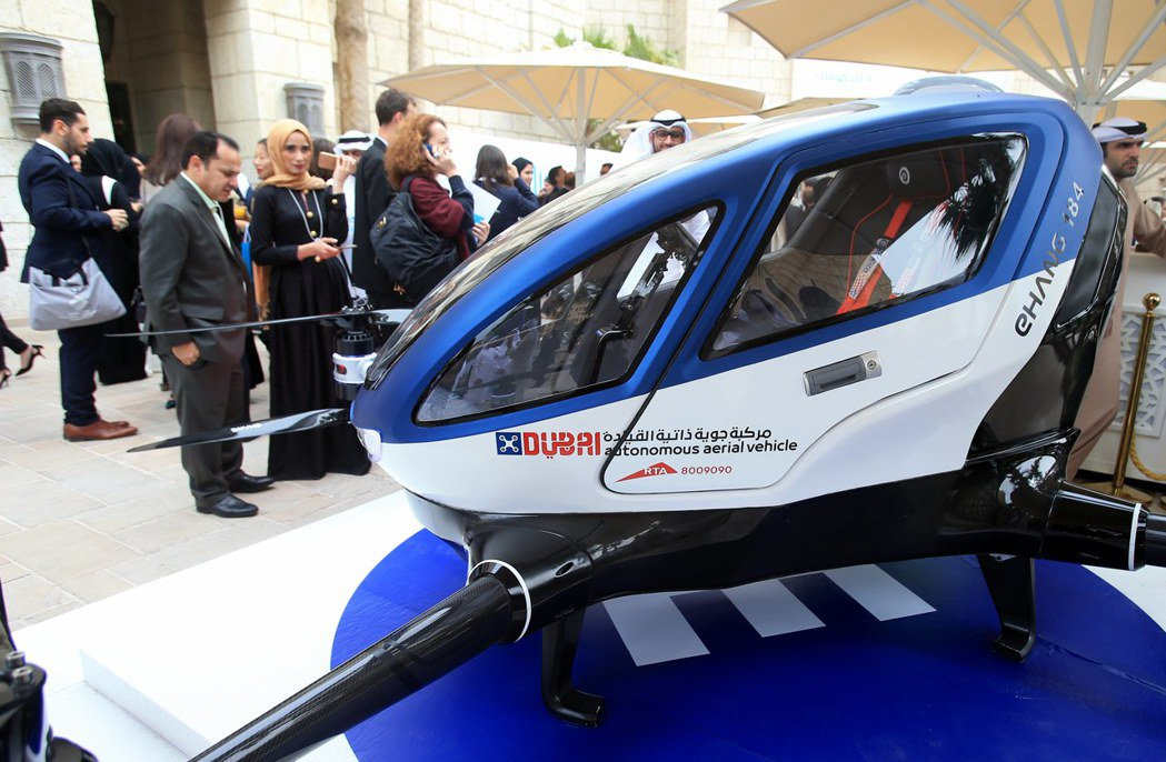 一架EHang 184載客無人機14日在杜拜的世界政府高峰會會場展示。(歐新社)