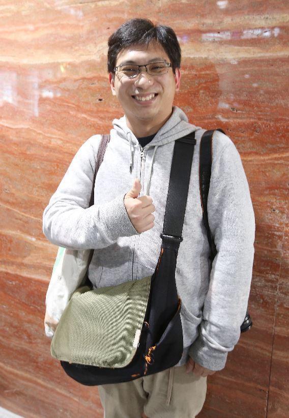 在台北車站A1站搶到頭香的黃先生。 記者高彬原/攝影