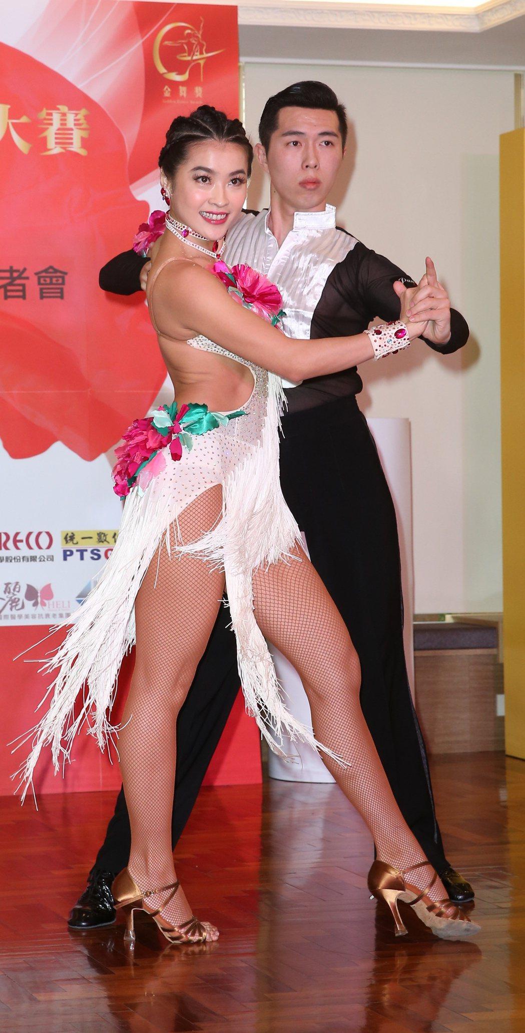 小嫻(左)爆出不孕之後首度出席公開活動,擔任2017國標舞世界大賽亞巡賽親善大使...