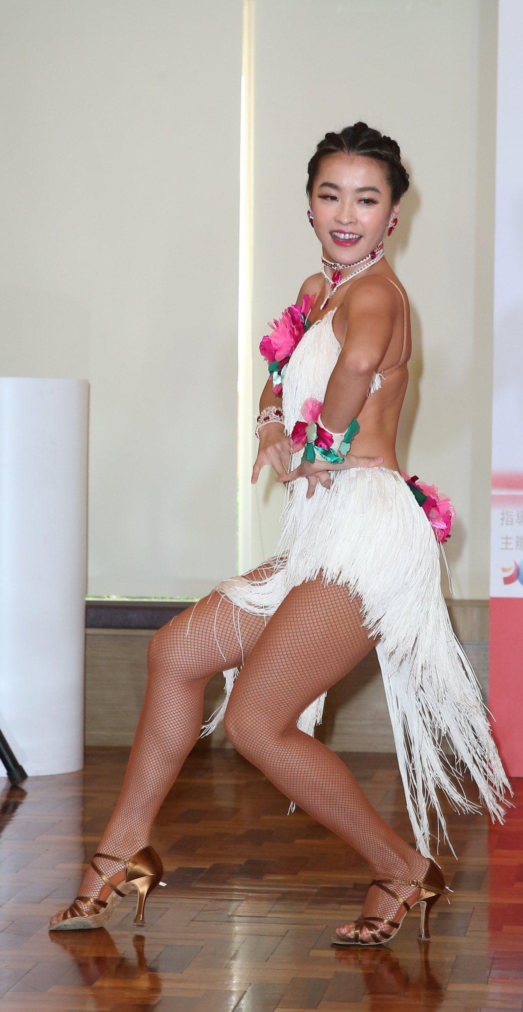 小嫻爆出不孕之後首度出席公開活動,擔任2017國標舞世界大賽亞巡賽親善大使。記者...