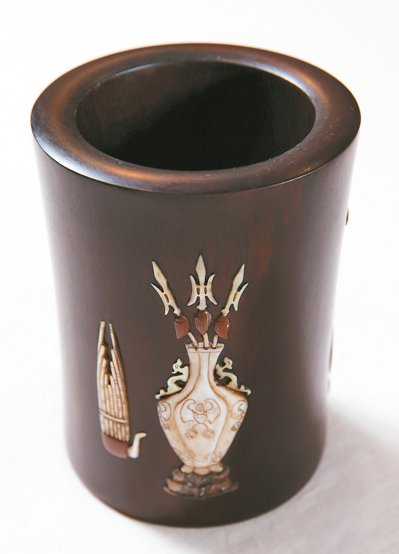「年紀夠老、品質好」是詹凌駕收藏的標準,圖為鑲寶石及貝殼的筆筒。 記者徐兆玄/攝...