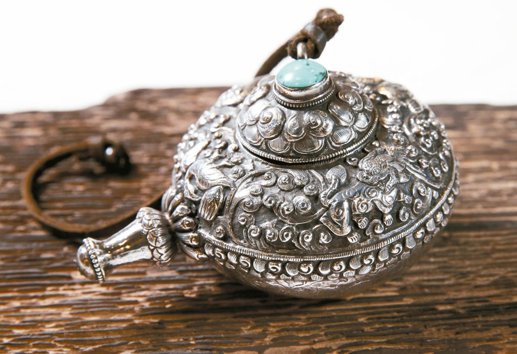 詹凌駕也愛收藏銀器,銀製鼻煙壺相當稀有,是他的最喜愛的收藏之一。 記者徐兆玄/攝...