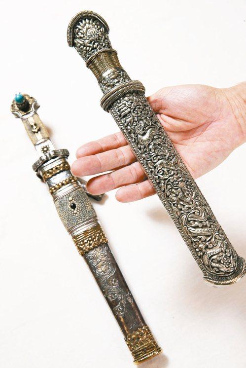 藏刀是藏族人用來切食物所使用的,其中一款綠松石裝飾(左)曾是貴族所有。 記者徐兆...