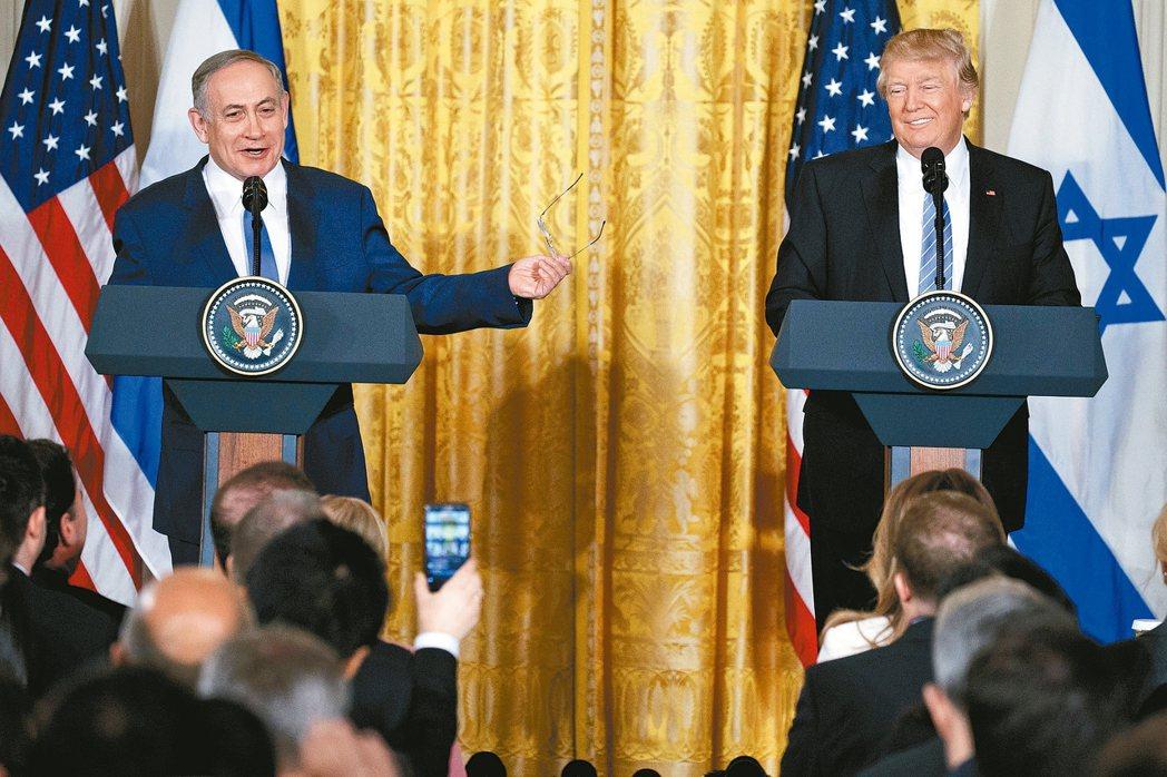美國總統川普(右)會晤以色列總理內唐亞胡,未堅持以兩國方案解決以巴問題。 美聯社