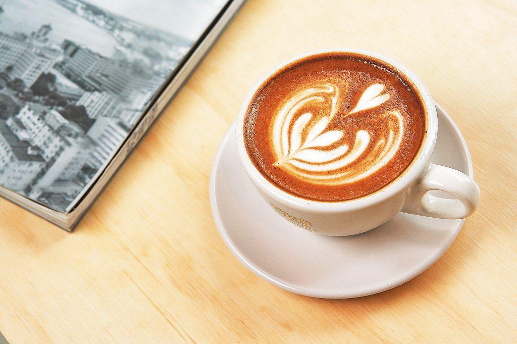 咖啡有益於中樞神經及心臟血管系統,台南市郭綜合醫院表示,喝咖啡還有助於排氣,減少...