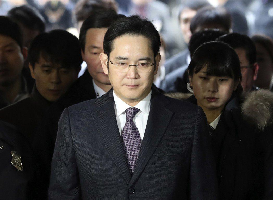 南韓法院今天凌晨表示,已核發對三星集團少主李在鎔的逮捕令,他隨即正式遭到逮捕,罪...