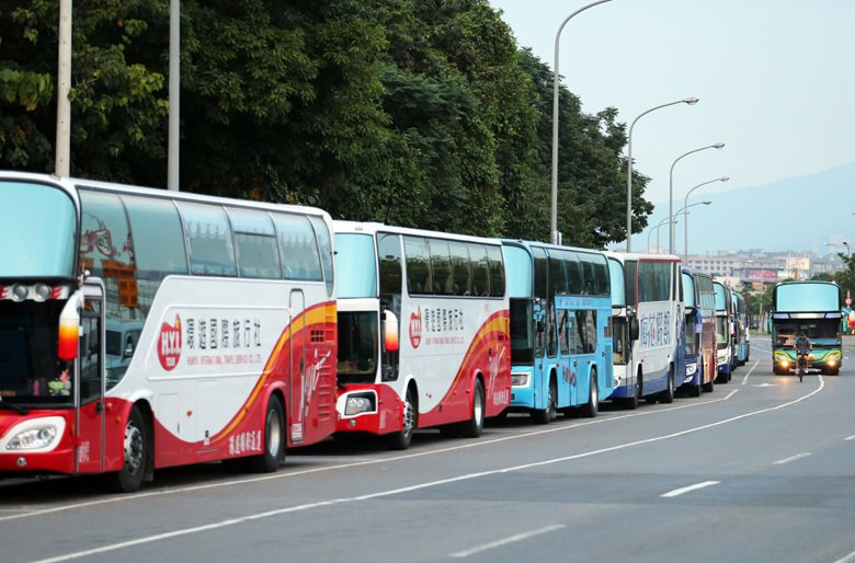 台灣因為地形的限制,有許多前往旅遊勝地的馬路都是蜿蜒曲折,大型車駕駛得隨時留意可能出現在視覺死角的機車,閃避任意違停的汽機車,駕駛的專注度也更需要集中。 圖/本報系資料照片