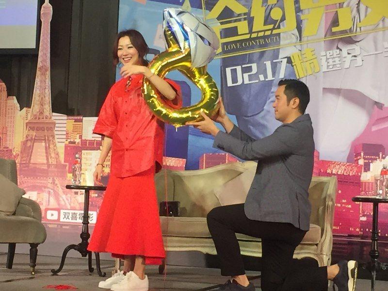張孝全(右)、鄭秀文(左)16日在《合約男女》記者會中,上演求婚橋段的戲碼。(p