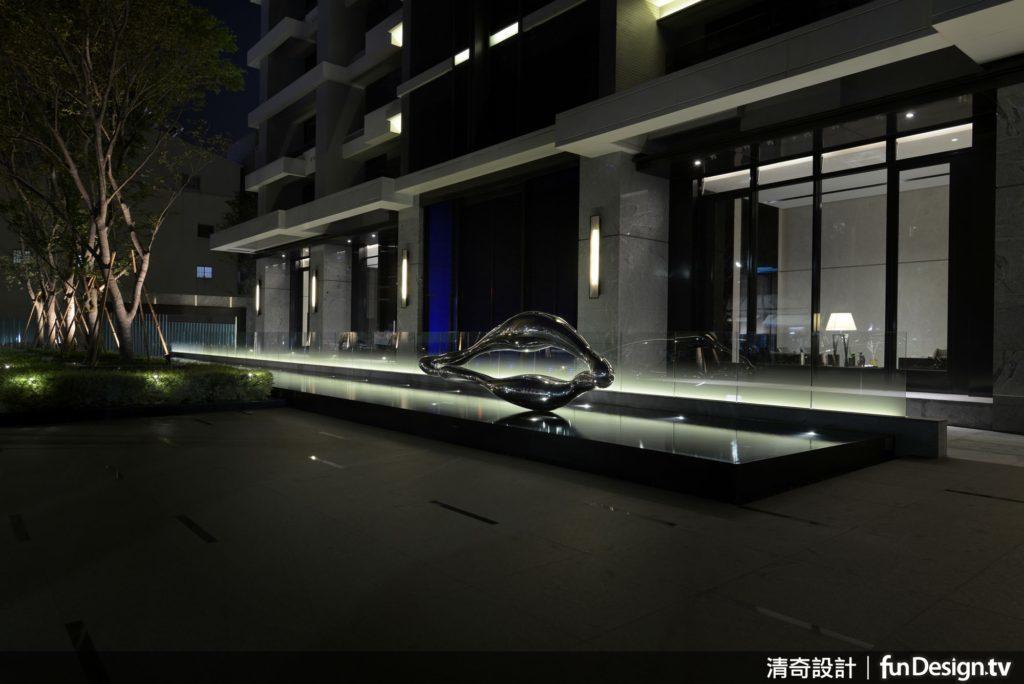 一樓於四面環繞著大樹的綠意裡、接近入口大廳的景觀水池前,特地以玻璃光牆設計,透過...