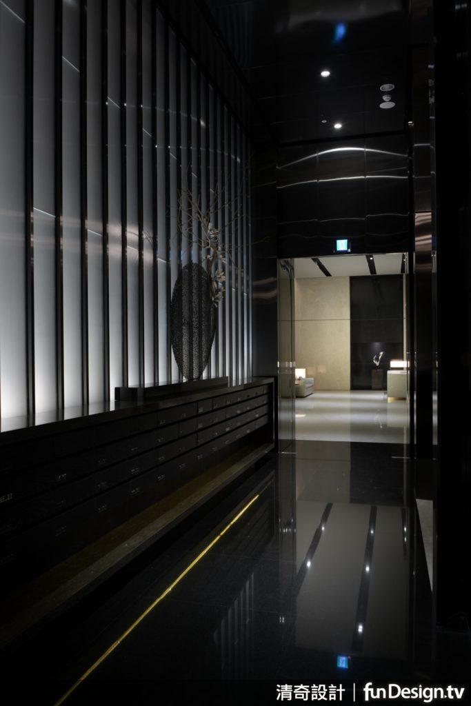 純粹以黑白為主調的挑高卻縱深的大廳。