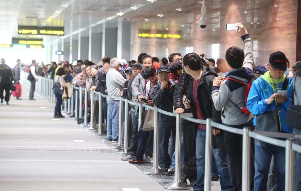 機場捷運今天開放一般民眾自由試乘,一早就有許多民眾在機捷A1站排隊。記者高彬原/...