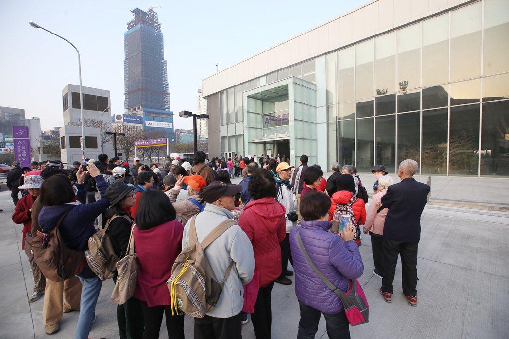 機場捷運開放一般民眾自由試乘,一早就有許多民眾在機捷A1站排隊。記者高彬原/攝影