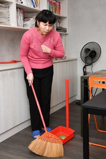 醫師提醒,從事打掃等日常家務時,如經常喘不過氣、久咳不止、呼吸困難等,建議至胸腔...