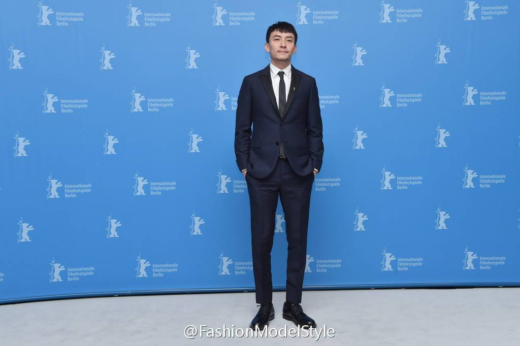 張震在「龍先生」記者會時,身穿Valentino深藍色西裝搭配鉚釘裝飾襯衫、皮鞋...