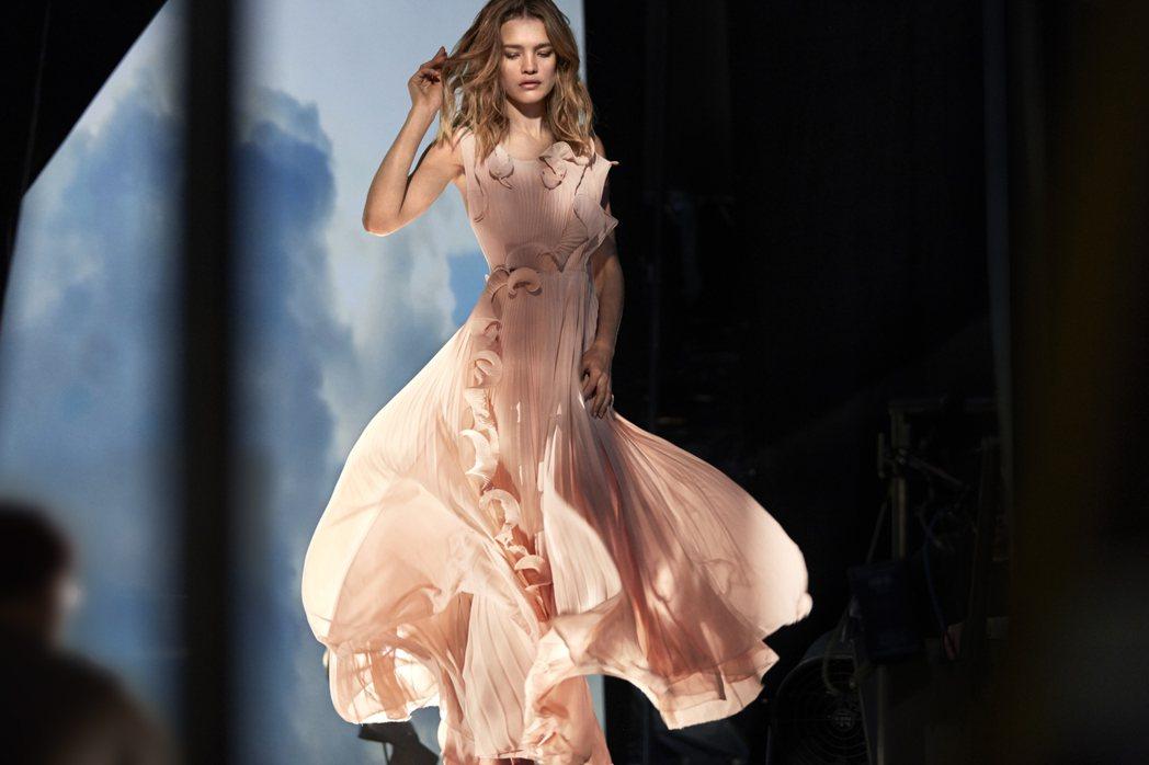 H&M邀名模Natalia Vodianova代言環保禮服,扭轉形象,品牌價值位...