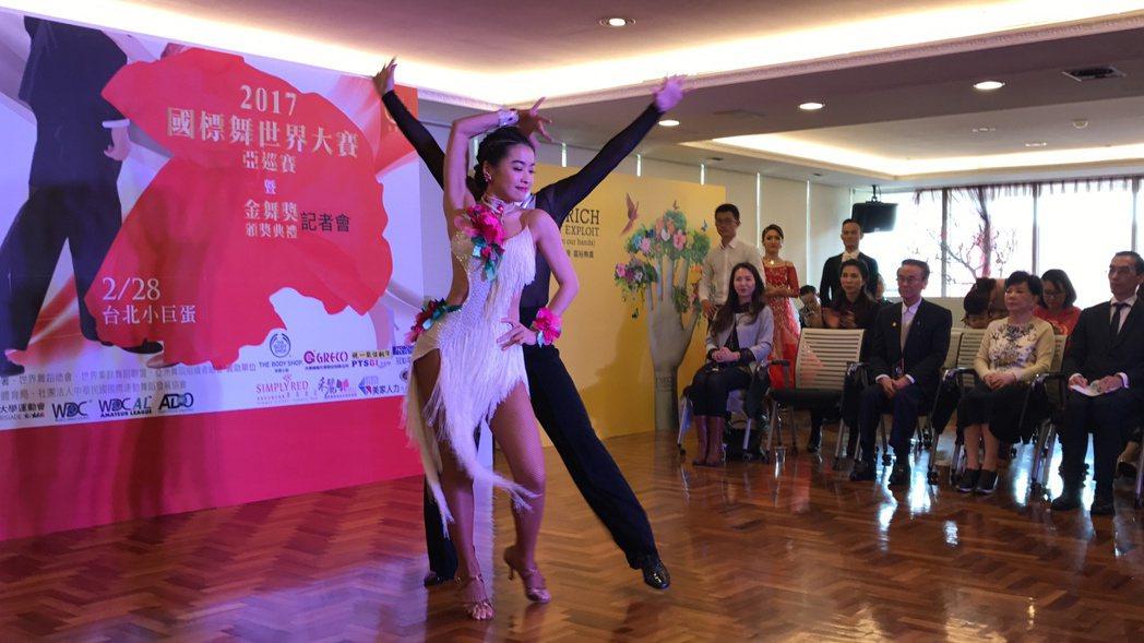 小嫻為了國標舞大賽亮相,現場性感跳舞。記者葉君遠/攝影