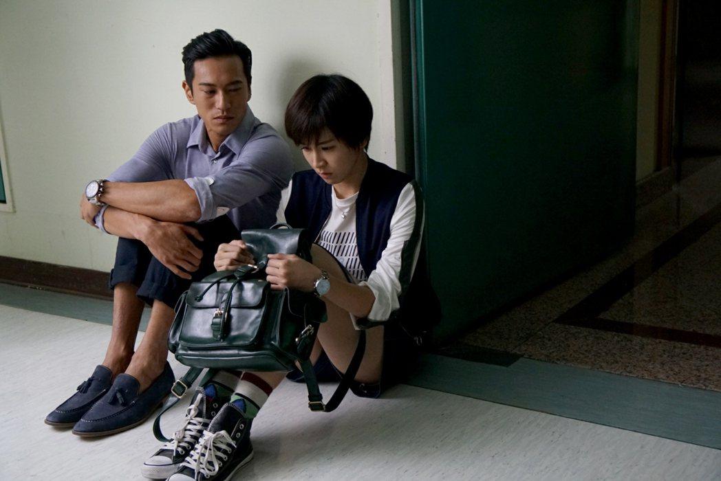 鍾承翰(左)情緒戲,曾沛慈配在一旁。圖/TVBS提供