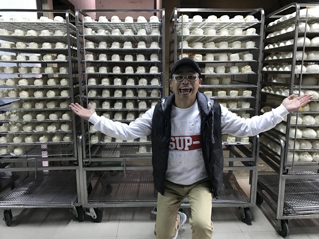 阿松的包子店每天量產各式口味包子,他自己有空也會下去包。記者葉君遠/攝影