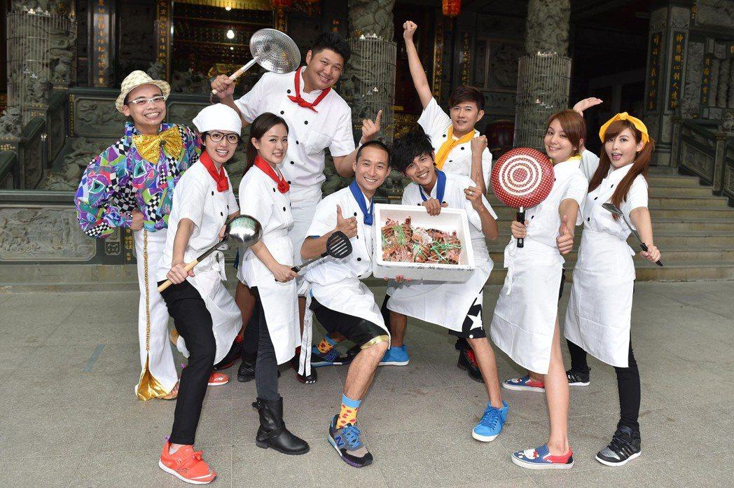 阿松(左一)和「食尚玩家」合作10年,是老班底了。圖/TVBS提供