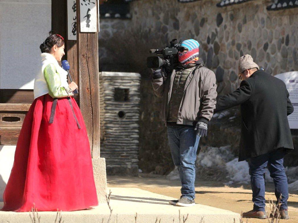 石怡潔穿韓服體驗「師任堂」的拍攝場景。圖/八大提供
