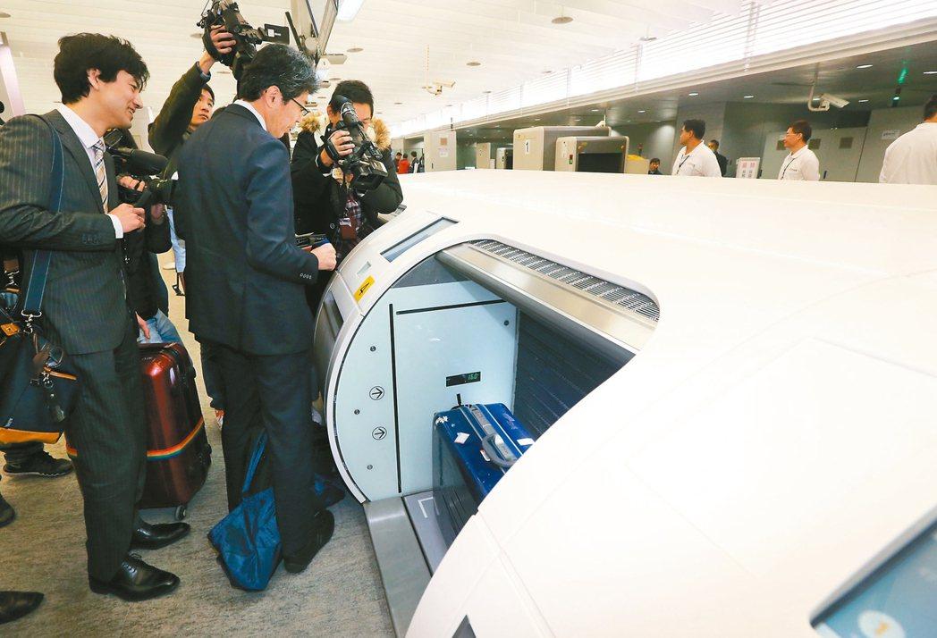 機捷自助行李託運出狀況,首批日本客人行李託運不成功,只能笑笑地前往人工櫃檯。 記...