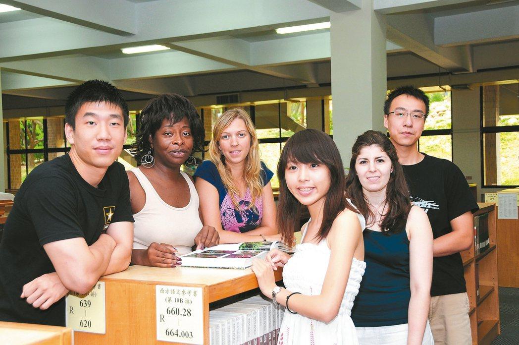 靜宜大學鼓勵學生出國交換,也歡迎國際學生到靜宜學習,要讓學生與世界無縫接軌。 圖...