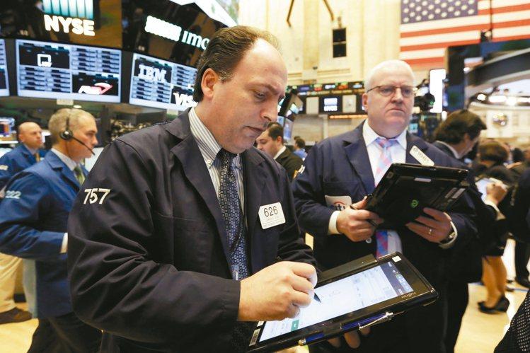 全球股市近來瘋迷「通貨再膨脹」交易,儘管面臨眾多潛在利空,全球股市仍衝上新高,顯...