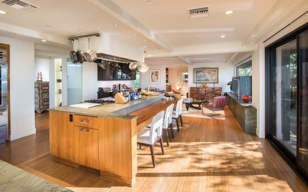 這棟豪宅面積為7102平方呎,裡面有4個臥室和7.5個盥洗間。(Zillow)
