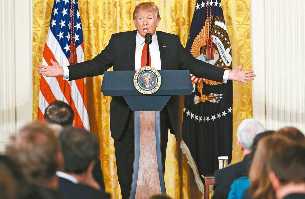美國總統川普在記者會上對記者不客氣。 美聯社