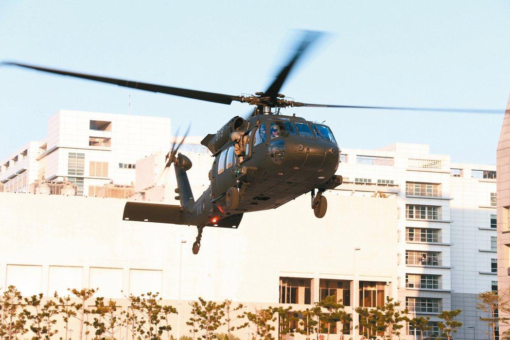 國防部表示,國軍為精實戰備任務訓練及緊急應變能力,派遣空軍S-70C型機、陸軍U...