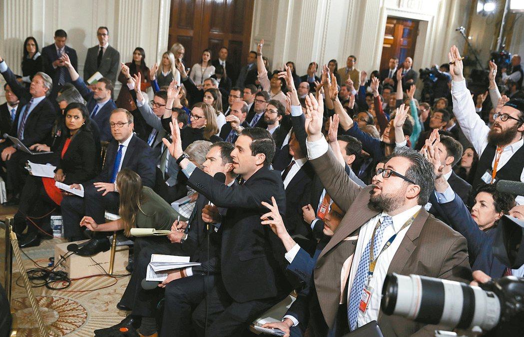 美國總統川普在就職滿月前夕舉行記者會,卻批評主流報紙和CNN報假新聞 美聯社