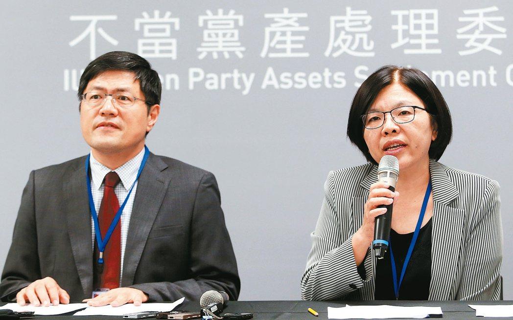 國民黨指不當黨產處理委員會發言人施錦芳(右)坐享高薪,還領18趴。 報系資料照