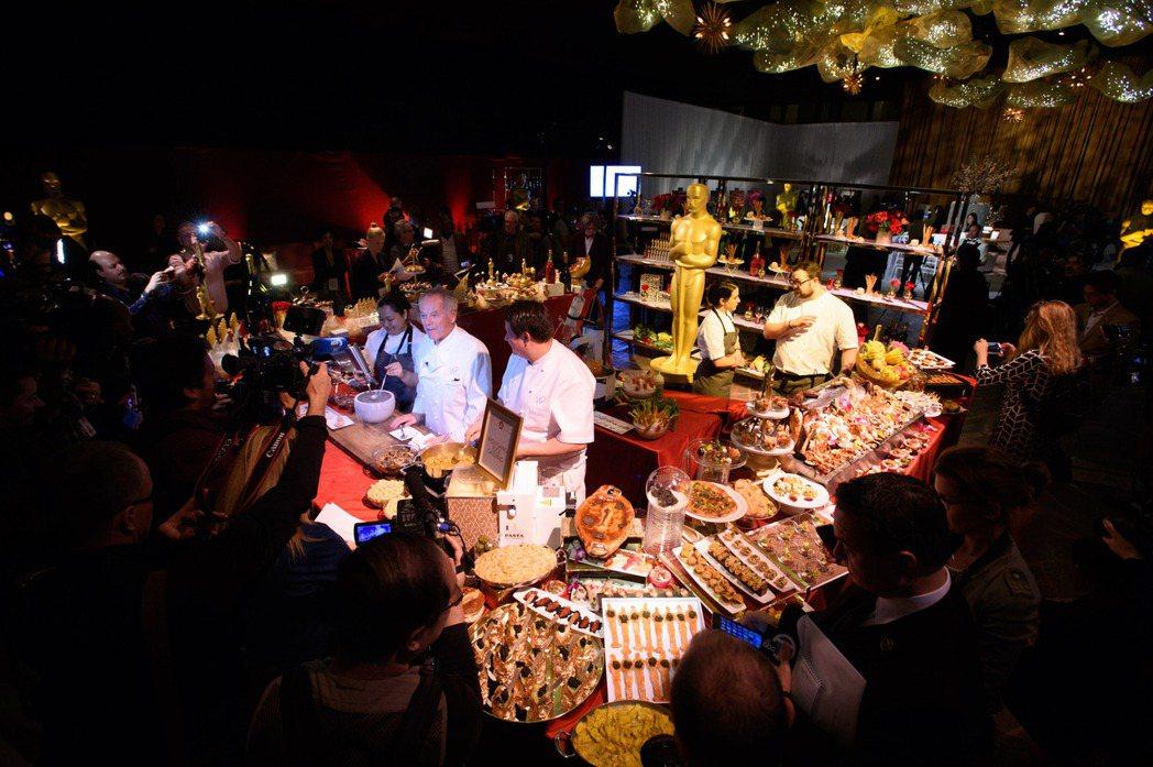 奧斯卡晚宴菜色搶先曝光,由米其林星級主廚帕克(中穿白衣者)籌辦。圖/摘自奧斯卡金
