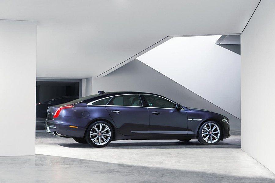 Jaguar XJ 車系全新17年式指定車款,299萬起限量入主,並提供240萬30期0利率方案。 Jaguar Land Rover提供