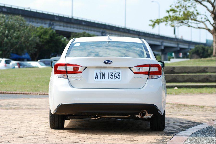 車尾採用多重組合尾燈設計,車頂後方並有鯊魚鰭天線,增添年輕運動感。 記者林鼎智/攝影