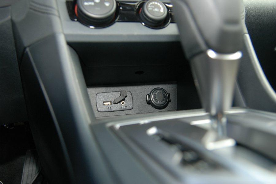 AUX-in、USB 插孔位於排檔桿前方,下方並有一處置物空間。 記者林鼎智/攝影