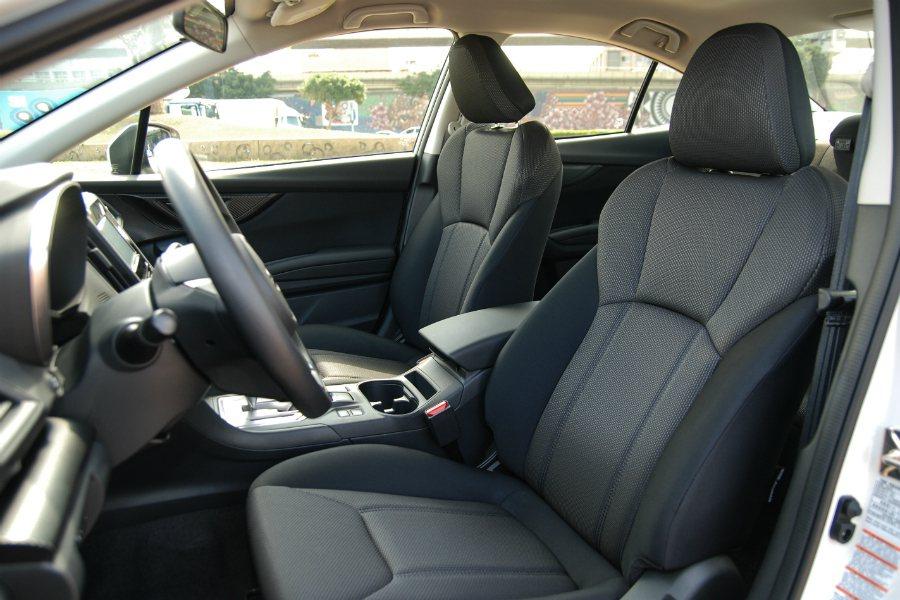17 年式 Subaru Impreza 的座椅相當舒適,尤其在前座的腳部空間上相當寬裕,不會有憋腳的情況發生。 記者林鼎智/攝影