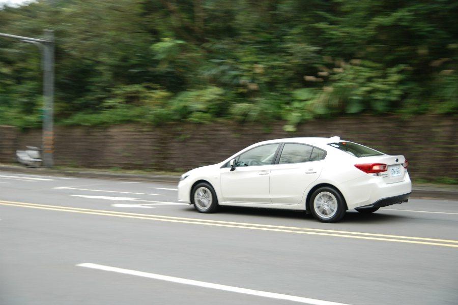 拜 SGP 平台所賜,第五代 Subaru Impreza 在操控上更為精進。另外,儘管這具 CVT 變速箱並無提供模擬換檔的機制(僅可切換至 L 爬坡檔),但只要大腳油門下去,仍會迅速退檔。 記者林鼎智/攝影