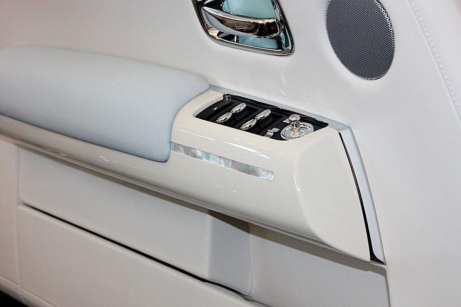 車門板扶手與儀錶板選用高级珍珠母貝打造。 記者林和謙/攝影