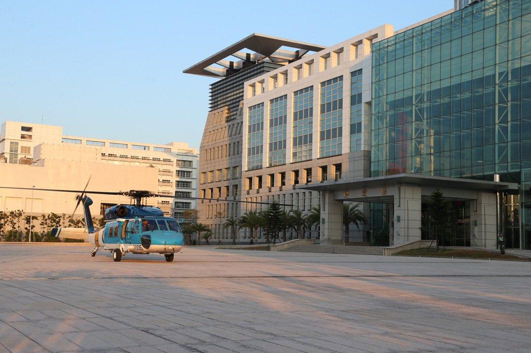 空軍S-70C型直升機降落國防部博愛營區。圖/軍聞社提供
