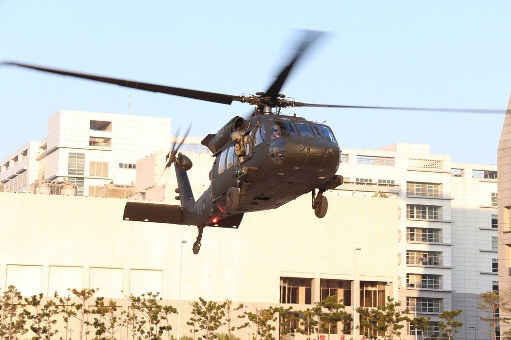 陸軍UH-60M型直升機降落國防部博愛營區。圖/軍聞社提供