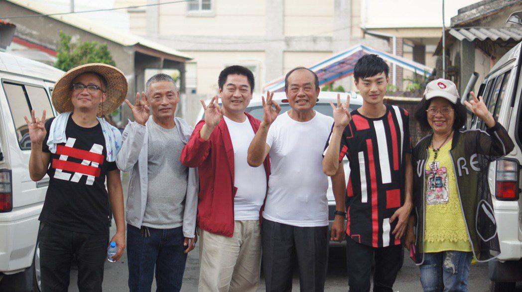 國內名音樂製作人許常德(左一)為台灣弱勢農民發聲,暫時放棄到美國導演夢,左四為萬