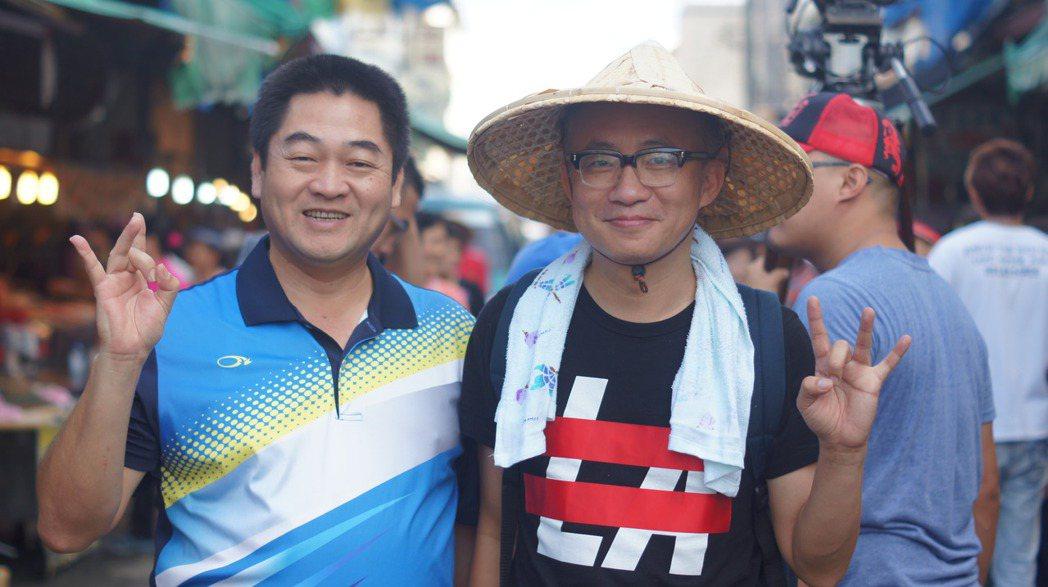 國內名音樂製作人許常德(右)為台灣弱勢農民發聲,暫時放棄到美國導演夢。左為萬丹鄉...