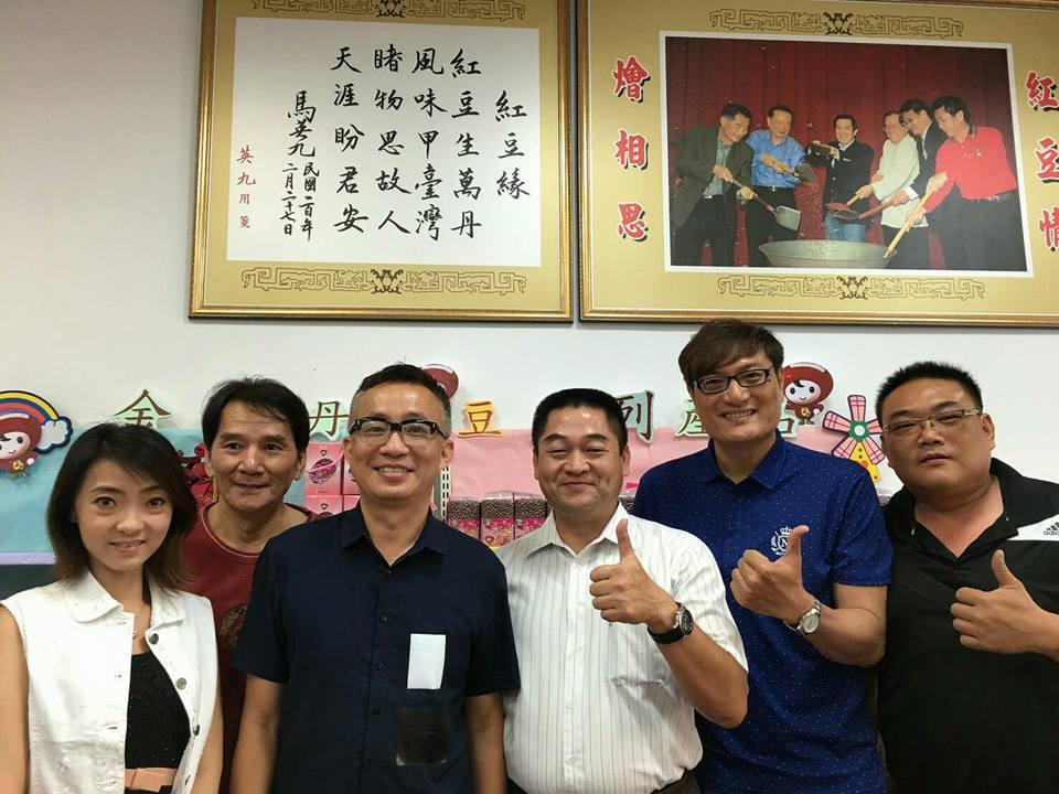 國內名音樂製作人許常德(左三)為台灣弱勢農民發聲,暫時放棄到美國導演夢,左四為萬...