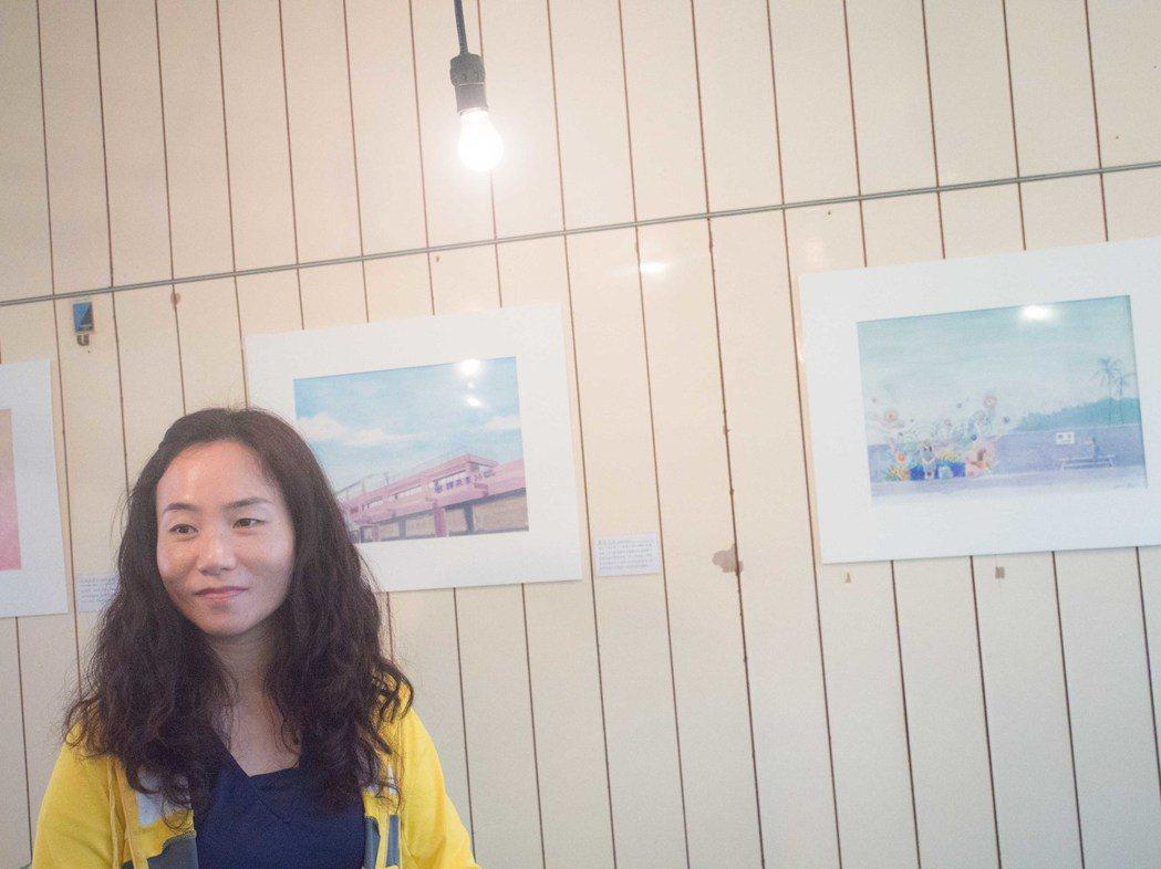 畫家孫傳莉為屏東12個寂寞車站繪製,推出商品募得15萬元捐贈給勵馨基金會協助小媽...