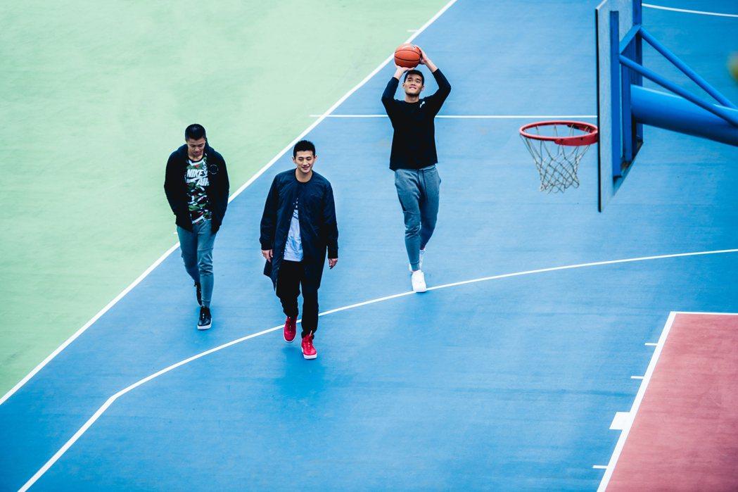 3名男籃球員拿起籃球,神情格外輕鬆。   圖/Nike提供